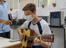 Aluno canta para equipes médicas.[Foto: Sandy Mayara da Silva].