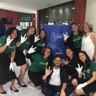 Voluntários e alunos de Libras do projeto. (foto tirada antes da pandemia)