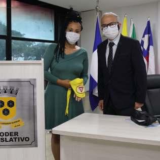 Os ex-vereadores Valéria Moraes e Júnior Brandão que foram, respectivamente, autora e relator do projeto de Lei, estavam presentes na solenidade. (Foto: Evellin Fagundes)