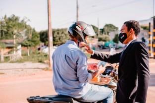Entrega de kits aos motociclistas (Foto: Luci Oliveira)
