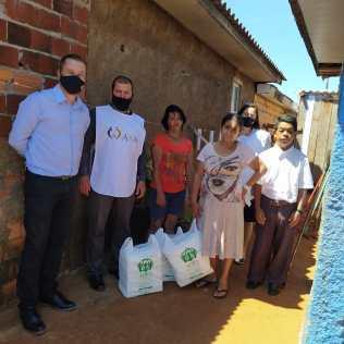Família recebe fraldas de voluntários. [Fotos: Reprodução].