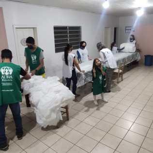 Grupo de voluntários durante fabricação de fraldas. [Fotos: Reprodução].