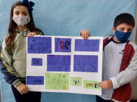Crianças com mensagens preparadas para enfermeiros. [Foto: Reprodução].