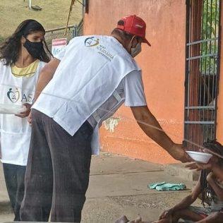 Equipe distribui os alimentos em diversos pontos da cidade. (Imagem: reprodução)