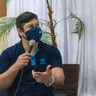 Professor Michel Tuts, da disciplina de Redação, intermediando a conversa. [Foto: Gabriel David dos Santosl]