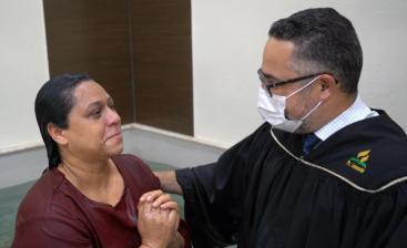 """Cláudia Oliveira foi batizada e em seguida investida como uma """"mulher em missão"""". (Foto: Reprodução)."""
