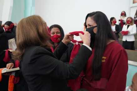 Mulheres foram investidas por líder e diretoras que já haviam recebido o lenço (Foto: Stephanie Passos)