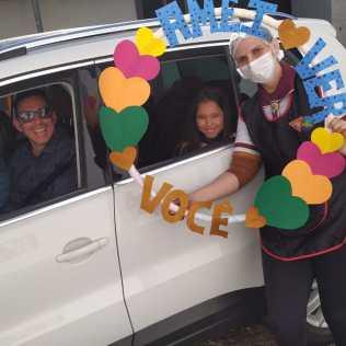 Familiares de integrantes do clube foram ao local buscar feijoada. [Foto: Reprodução].