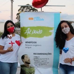 Cartazes sobre os oito remédios naturais foram expostos em circuito de caminhada usado pelos moradores do bairro Vivendas Costa Azul (Foto: Reprodução)