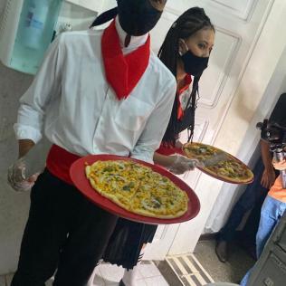 Caracterizados, voluntários serviram cerca de 150 pizzas nas unidades. (Foto: Francine Souza)