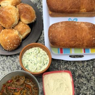 Assim que chegaram ao local, participantes degustaram diferentes tipos de pães e patês (Foto: Arquivo Pessoal).