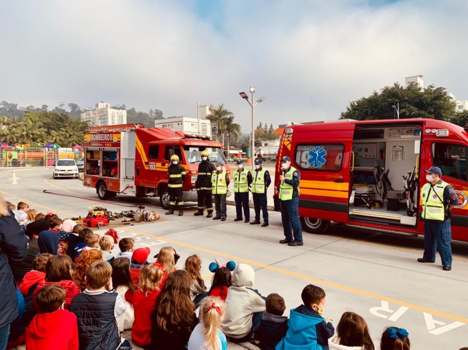 Equipes dos bombeiros explicaram aos alunos como é rotina de trabalho na corporação. [Foto: Reprodução].