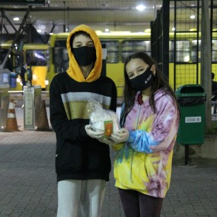 Estudantes com kit de café da manhã distribuído na praça. [Foto: Paulo Ribeiro].