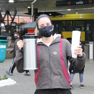 Voluntários também levaram chocolate quente até o público. [Foto: Paulo Ribeiro].