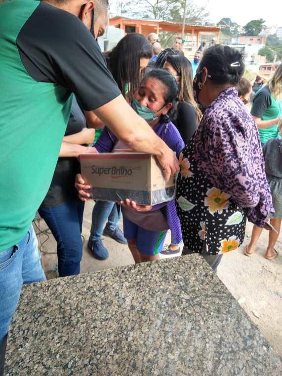 Distribuição de cestas básicas no Conjunto Cidade Tiradentes (Foto: Jatir Bernardo).