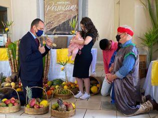 Apresentação de criança, em Festa das Primícias da Igreja do Largo, distrito de Itambé.