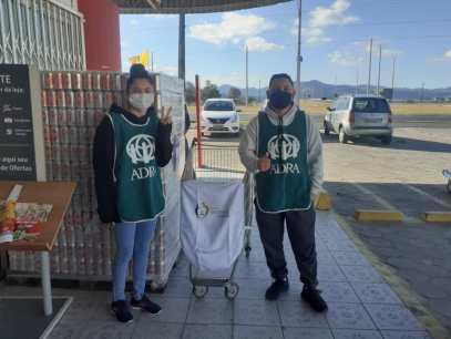 Voluntários durante arrecadação de alimentos em supermercado de Gaspar. [Foto: Reprodução].
