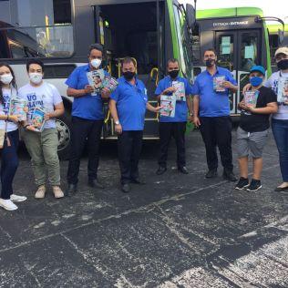Motoristas de ônibus recebem material do projeto. (Foto: Reprodução)