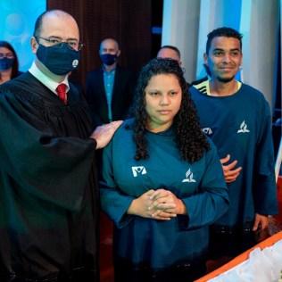Pastor Aguinaldo Guimarães, presidente para os adventistas das regiões leste e norte de São Paulo, batizou alunos e familiares no Colégio Adventista de Vila Matilde (Foto: Comunicação APL).