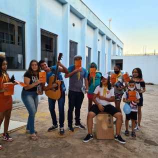 Além de livros o grupo levou uma mensagem de esperança para comunidade. (Foto: Divulgação)