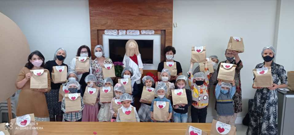Criança colocou o coração das sacolas, fazendo com carinho os lanches para as pessoas carentes