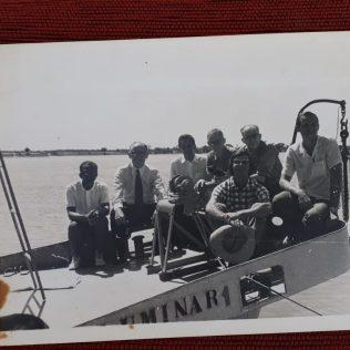 Mesa Administrativa da Missão Bahia Sergipe na proa da Luminar I. Arrecadação de donativos. (Foto: Reprodução)
