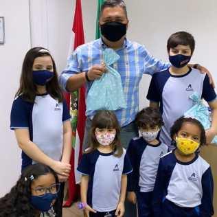 Vereador Almir Vieira com alunos da Educação Adventista após homenagens. [Foto: Reprodução].