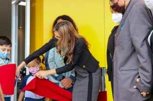 Adriana Martins cortando a faixa de reinauguração