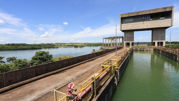 Eclusa: construção que permite a subida e descida de navios em rios