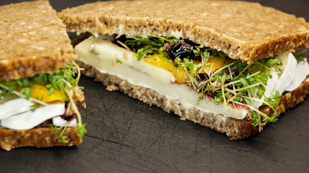 Queijo camembert no sanduíche
