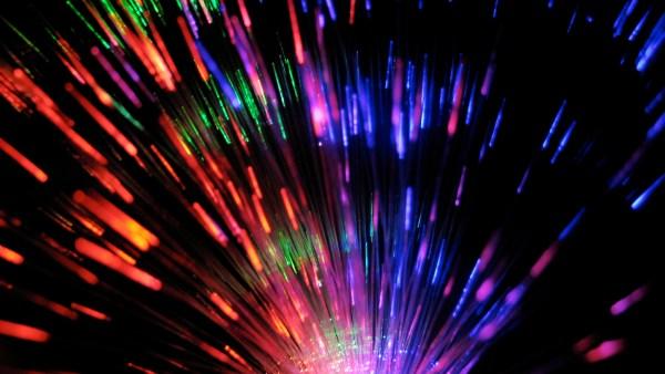Fibra óptica é pequeno fio de vidro que oferece diferentes benefícios