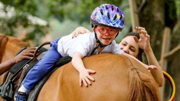 Equoterapia utiliza o cavalo como instrumento terapêutico e educacional