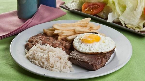 Bife a cavalo é receita de sucesso feita com carne e ovo frito
