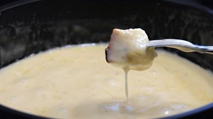 Queijo maasdam se destaca pelo sabor amendoado e suas olhaduras
