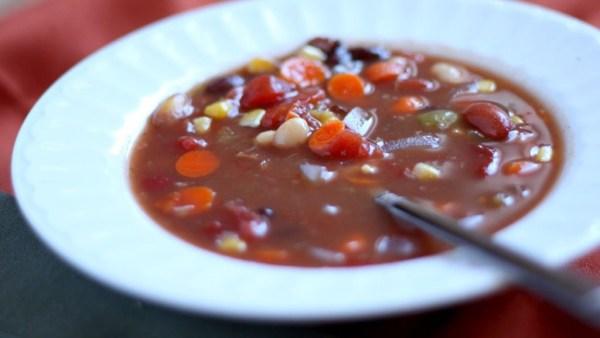 Quer saber como fazer sopa de feijão? Confira receitas práticas