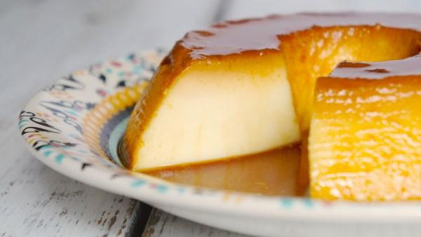 Pudim de leite, doce típico de padarias, leva poucos ingredientes