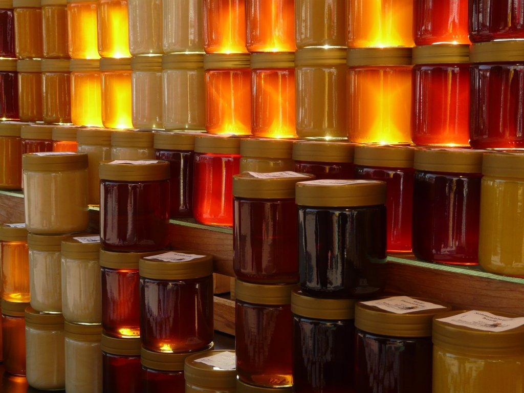mel de laranjeira e mel de abelha no pote