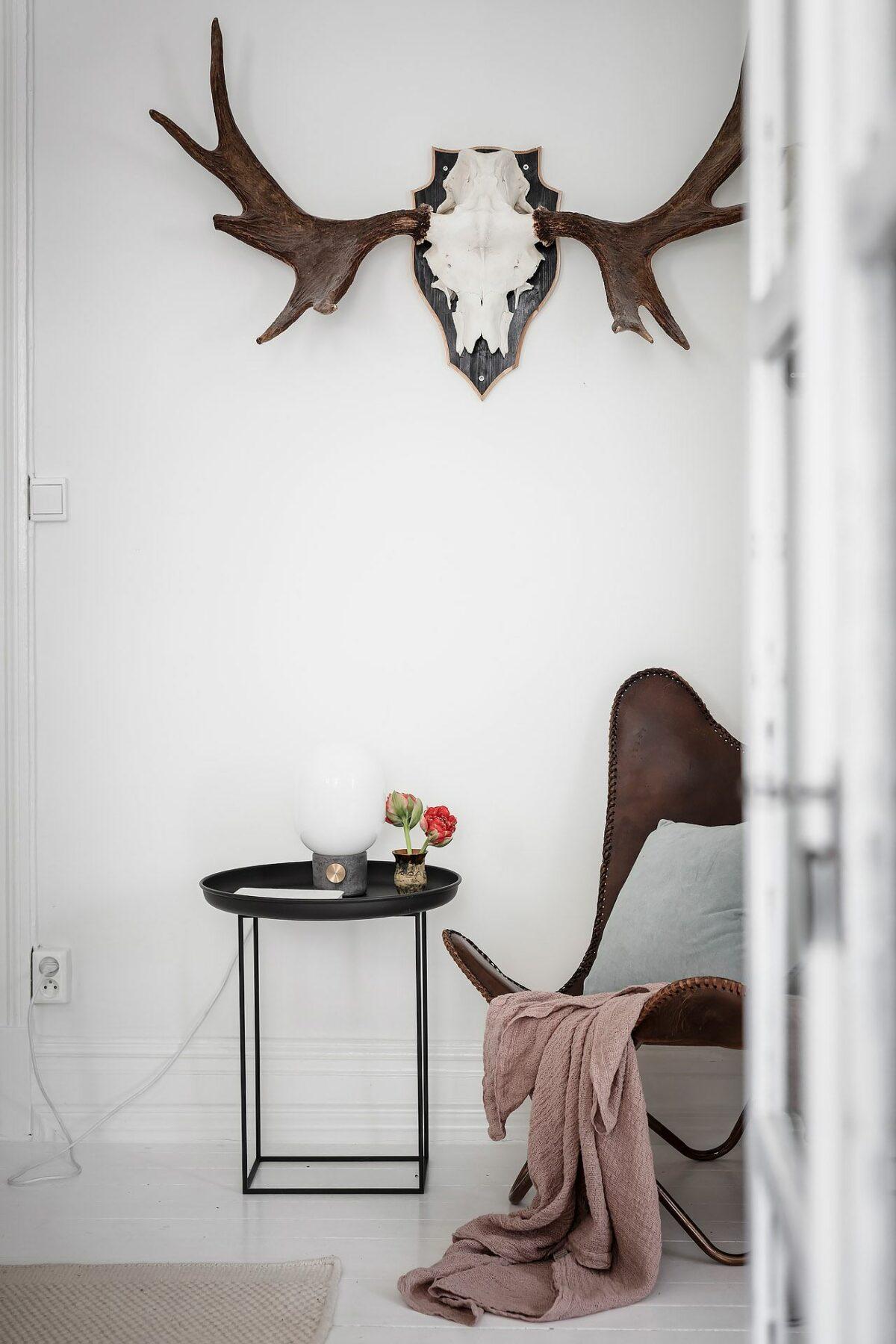 salon blanc dans un appartement suedois
