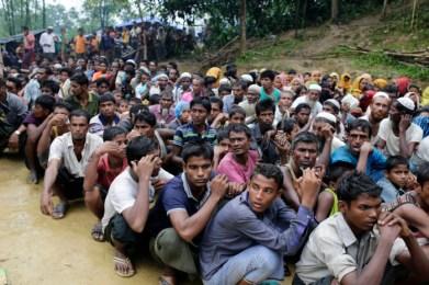 Rohingya-Flüchtlinge in Bangladesch warten auf die Verteilung von Hilfsgütern. Foto: epa/Abir Abdullah