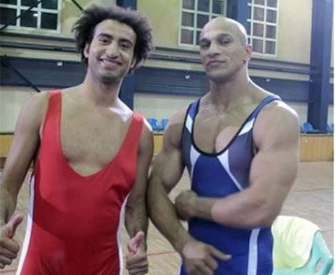 علي ربيع يمارس رياضة المصارعة