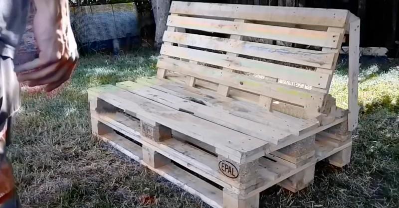 un banc ou canape fait de palettes