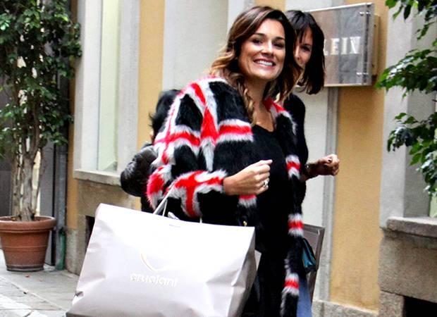Alena Seredova innamorata fa shopping a Milano e se la ride davanti ai flash grazie ad