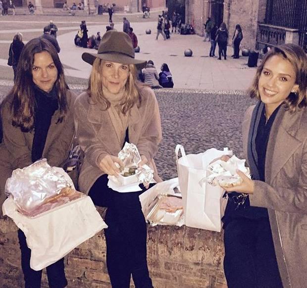 Jessica Alba arriva in Italia prima a Bologna e poi a Milano per lavoro  Gossipit