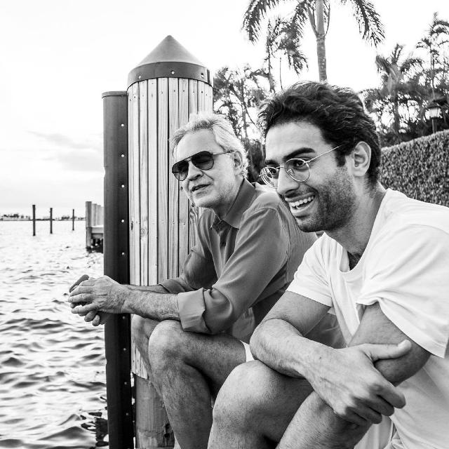 Andrea Bocelli, 61 anni, con il figlio