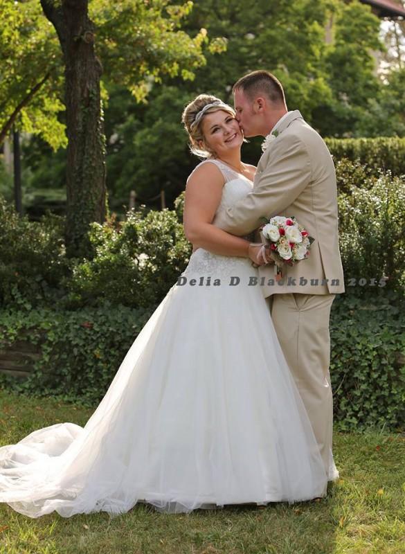Ein Brautvater schleppt auf der Hochzeit seiner Tochter