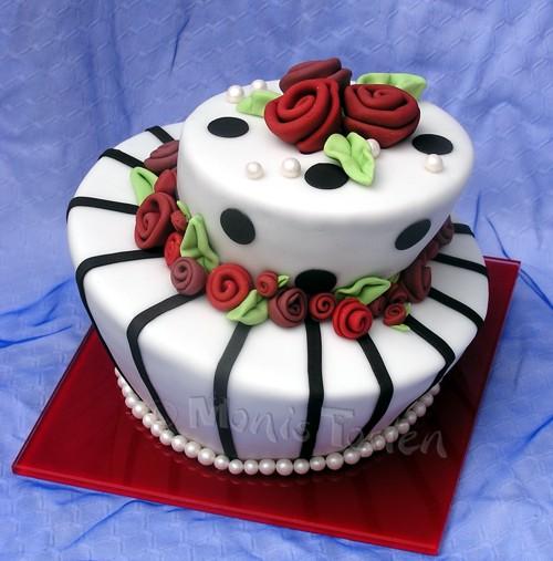 Zum ersten Hochzeitstag eine Topsy Turvey mit roten Rosen