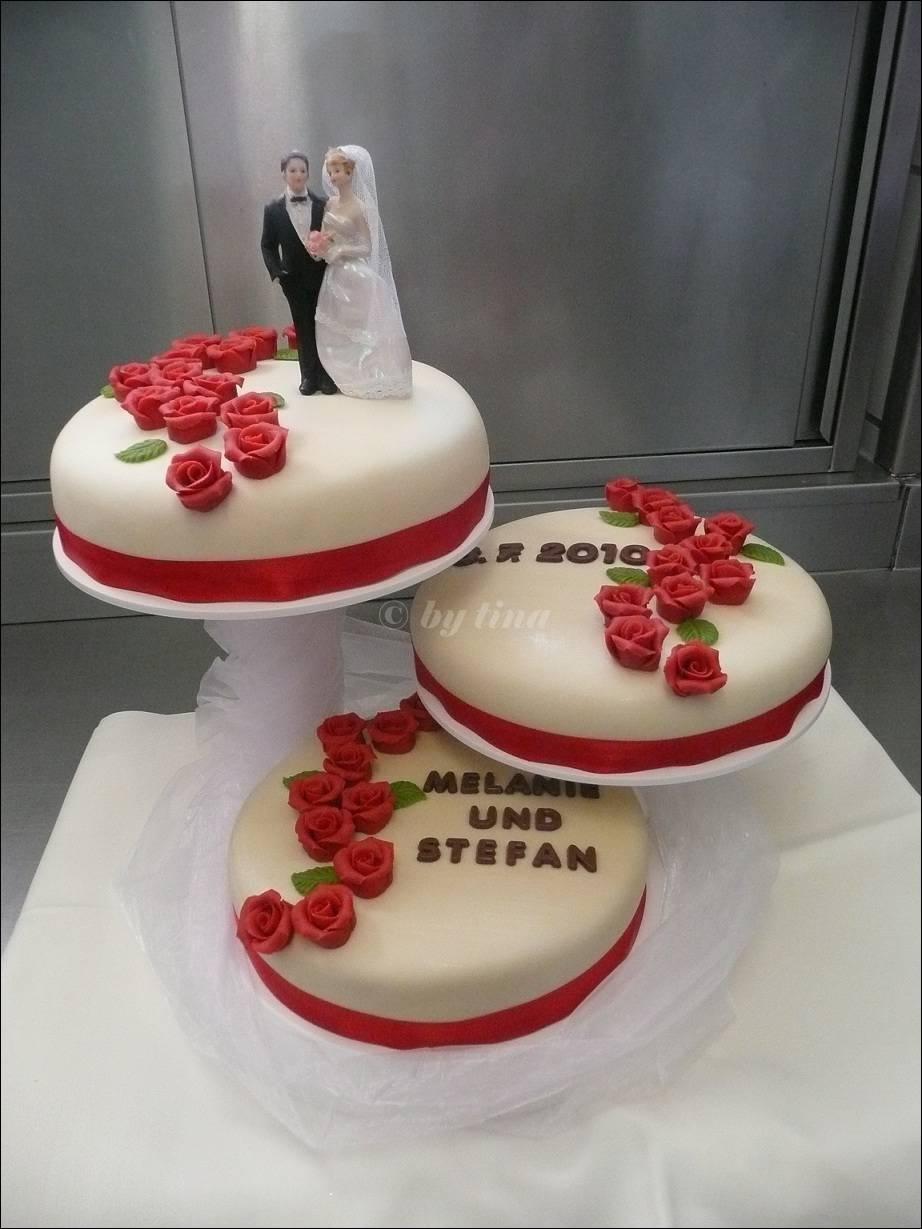 Besondere Anlsse 1  Hochzeitstorte mit roten Rosen