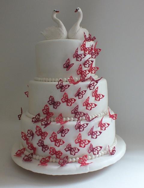 Hochzeitstorte mit vielen Schmetterlingen und Schwanenpaar