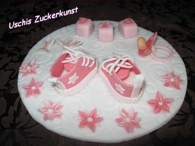 ovale Tauftorte mit lila Babysneakers  fr Lea Isabella