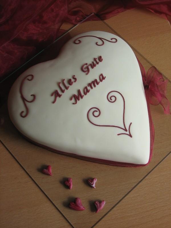 Zwei schlichte Torten  Fliederfrbig mit Margeriten und ein Herz in cremedunkelrot